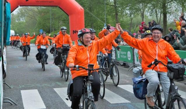 Blijde deelnemers reden samen vorig jaar over de finish.