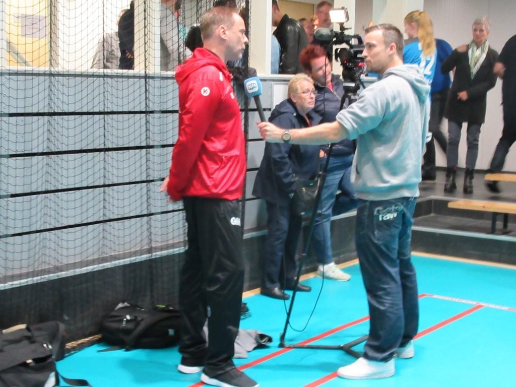 Wedstrijdanalyse Coach Rolf Schulte bij RTV-NH sport.   T. Moras © rodi