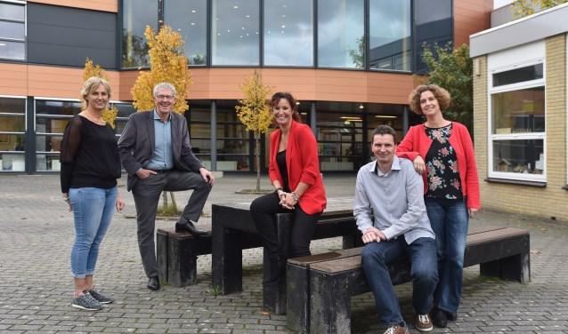 V.l.n.r.: Marjolein Douwstra, Rob Voogel, Mary-Ann van Oort, Jeroen en Tanja ten Broek. Een aantal ouderraadsleden ontbreekt op deze foto.