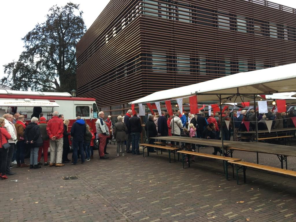 Mensen staan in de rij om allemaal van een heerlijke maaltijd te genieten (Foto: aangeleverd) © rodi