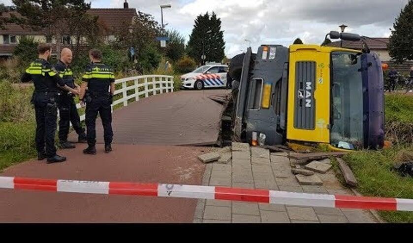 In september zakte een betonmixer door een houten fietsbrug.