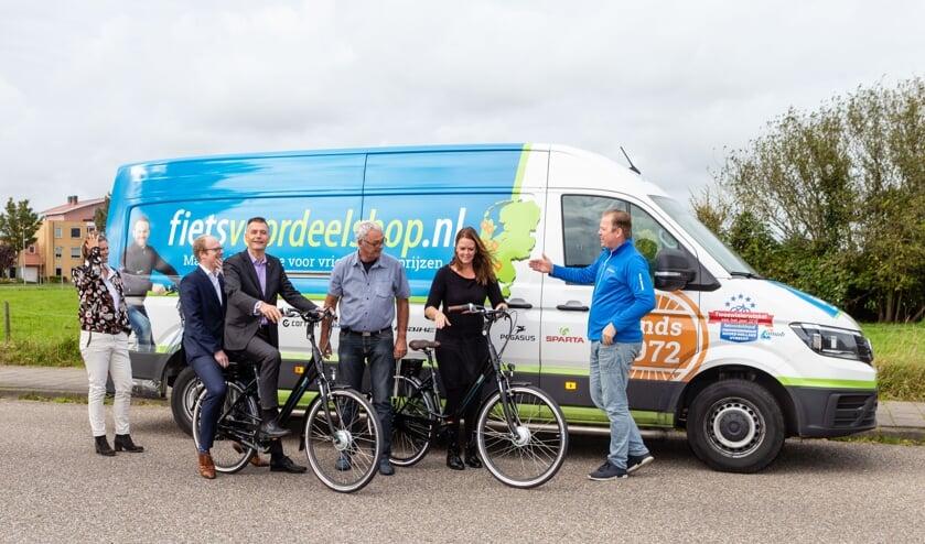 Wethouder Win Bijman overhandigde de fietsen - beschikbaar gesteld door Fietsvoordeelshop.nl - aan de studenten van het Wijkleercentrum.