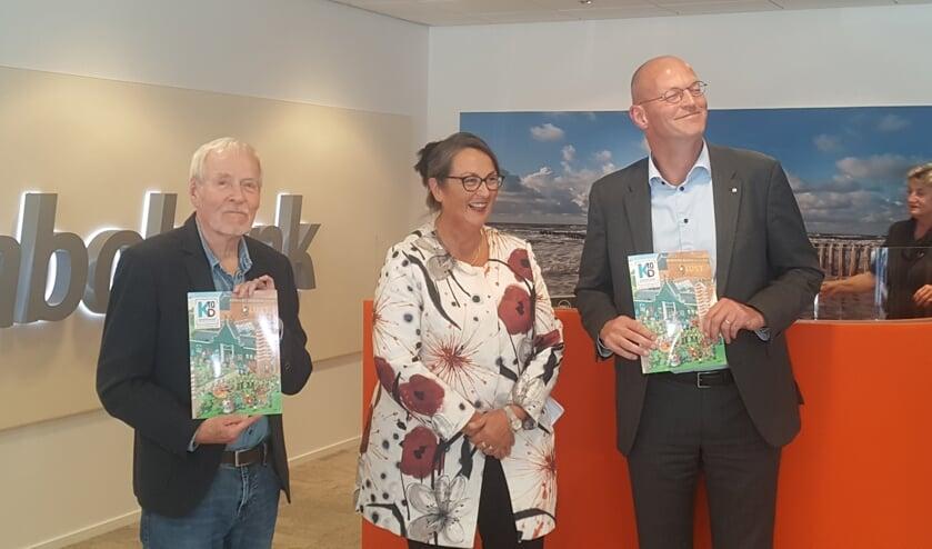 Jan van Haasteren (l), voorzitter Thea Dekker van de Kunst10Daagse en Jan Klaver van Rabobank Alkmaar en omstreken.