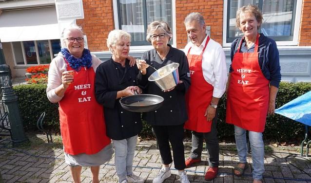 Enthousiast vrijwilligers van Meet & Eat Uitgeest.