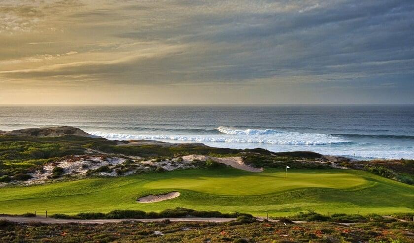 De spectaculaire layout langs de Atlantische Oceaan maakt West Cliffs een plezier om te spelen.