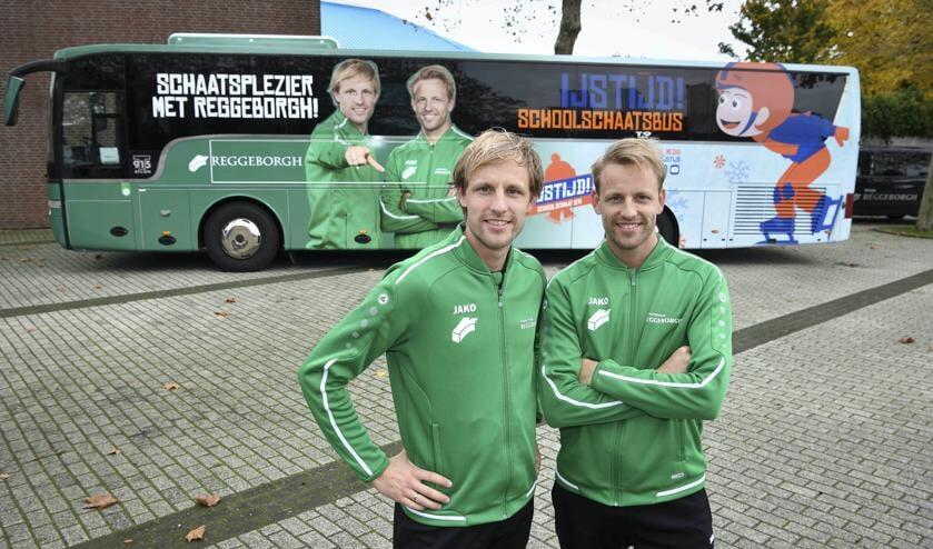 Ronald (links) en Michel Mulder bij de IJSTIJD! Schoolschaatsbus, die komende winter kinderen van basisscholen in Overijssel naar de ijsbanen van Deventer en Enschede zal brengen.