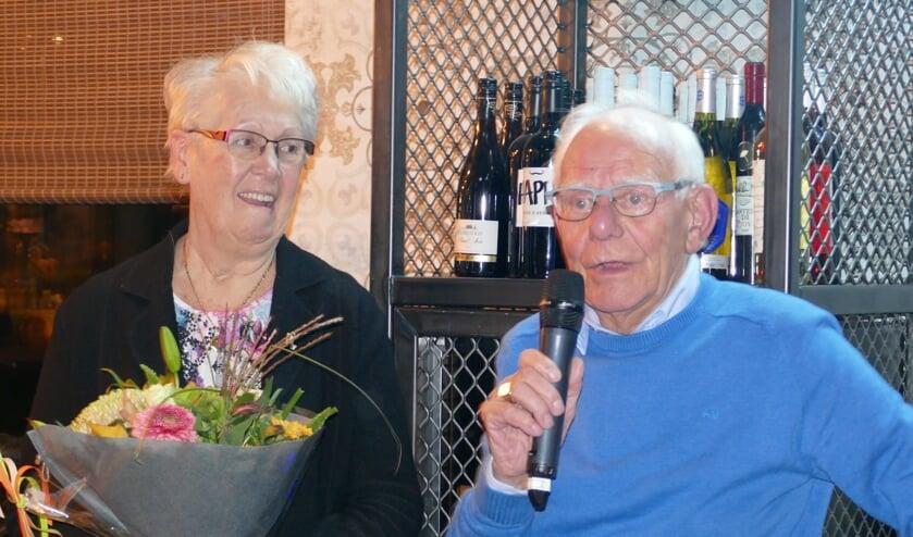Chris bedankt het bestuur en de leden. Rechts zijn vrouw Franchy.