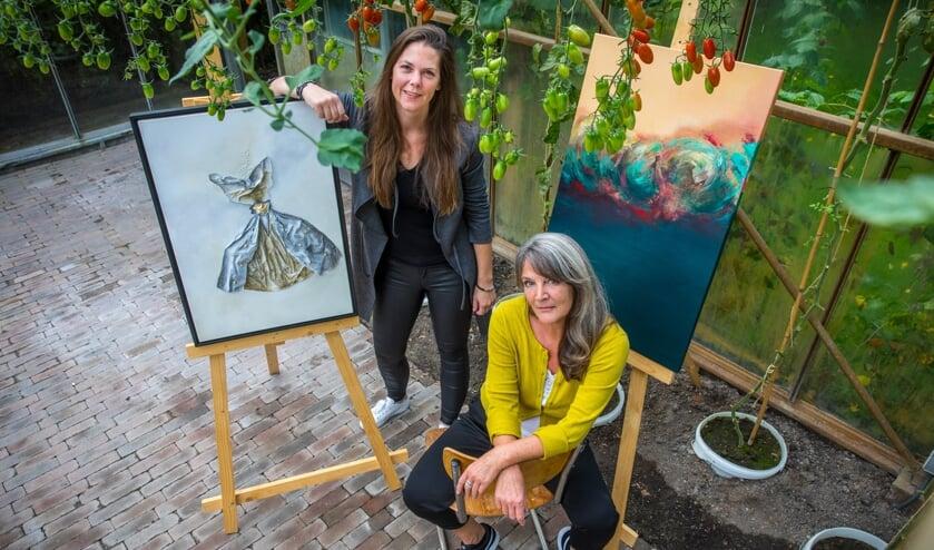 Didi Oberman (l) en Jet Willems, twee van de zestien kunstenaars die exposeren tijdens de herfstexpositie 'De Gouden Eeuw'.