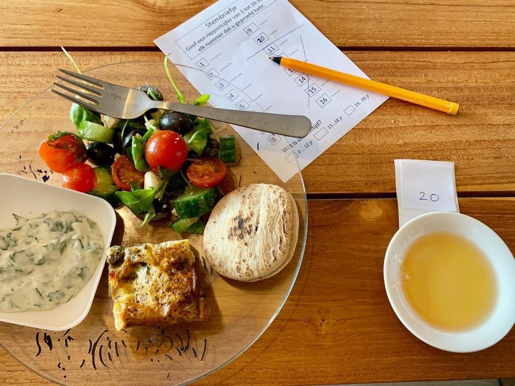 Lunch tijdens honingproeverij (Foto: Yvette van der Does) © rodi