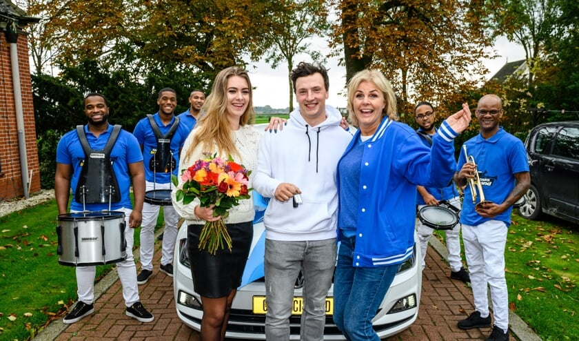 Johan uit Berkhout wordt door Irene Moors samen met een brassband verrast met een nieuwe auto.