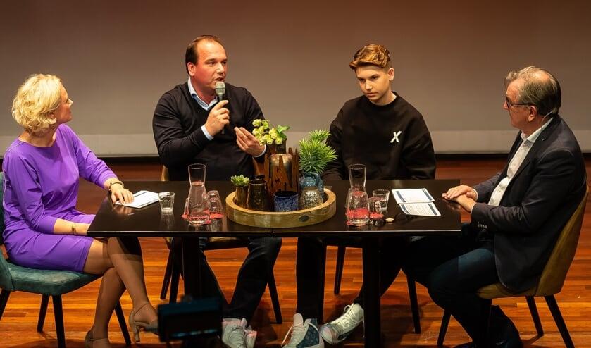 Vader Dennis en zoon Daan van Marle aan tafel bij Carola de Ruijter en Jaap Sluis.