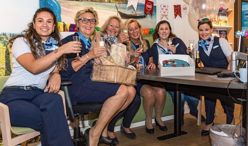 Dorien (tweede van links) met haar collega's Giovana, Marianne, Maria, Rachèl en Brenda.