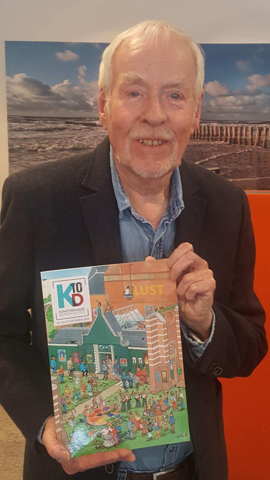 Jan van Haasteren toont trots de door hem geïllustreerde cover. (Foto: Ed Bausch) © rodi