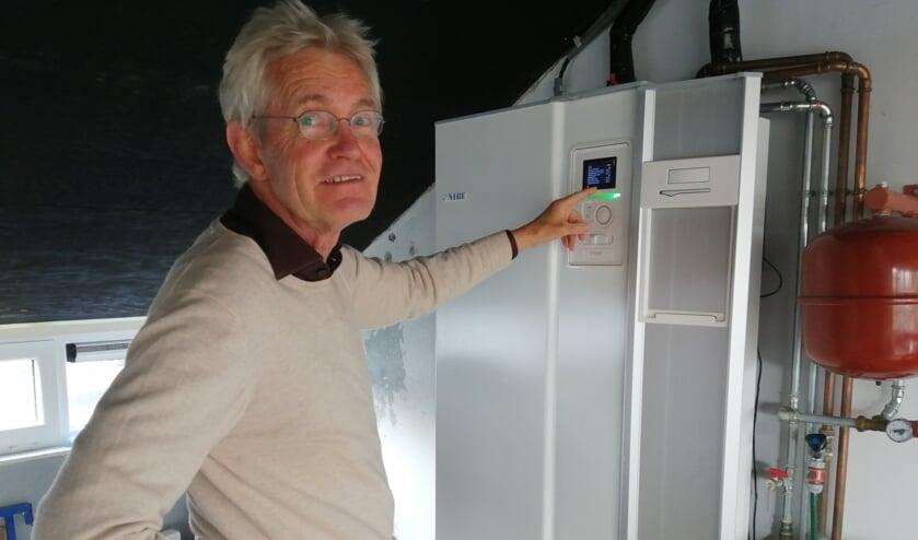 De warmtepomp staat op zolder. Herman legt uit hoe die werkt.