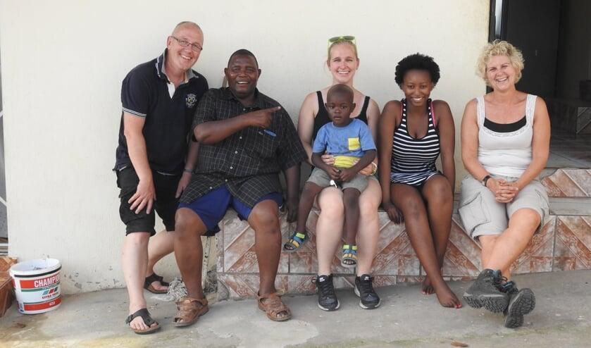 In 2016 zijn Dick, Moniek en hun dochter  Sandra naar Zuid-Afrika geweest om Patrick te bezoeken. Op de foto: Dick. Moniek, Sandra, Patrick en twee van zijn eigen kinderen.
