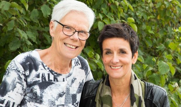 Juf Lida (l) en juf Nellie nemen 3 jullie afscheid van hun leerlingen op de Jozefschool in Medemblik.