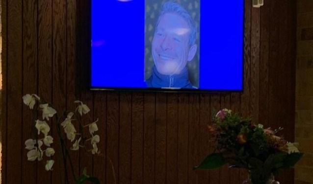 Een foto van Dave Lange is te zien op een scherm in de kantine van DIOS.