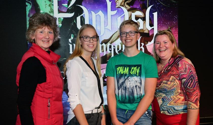 De winnaars van de schrijfwedstrijd werden gefeliciteerd door Afra Beemsterboer en Marieke Neesen.