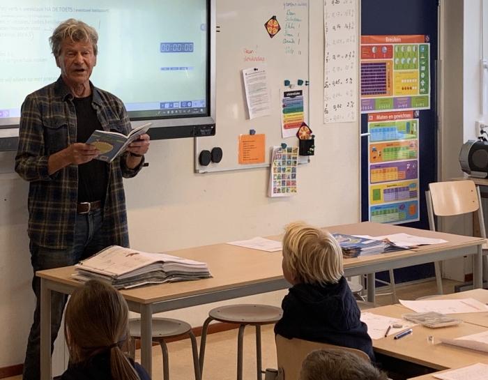 Theo Olthuis staat voor de klas in Bergen.