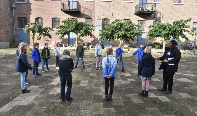Kinderen spelen het voedselketenspel op het Oostereiland in Hoorn.