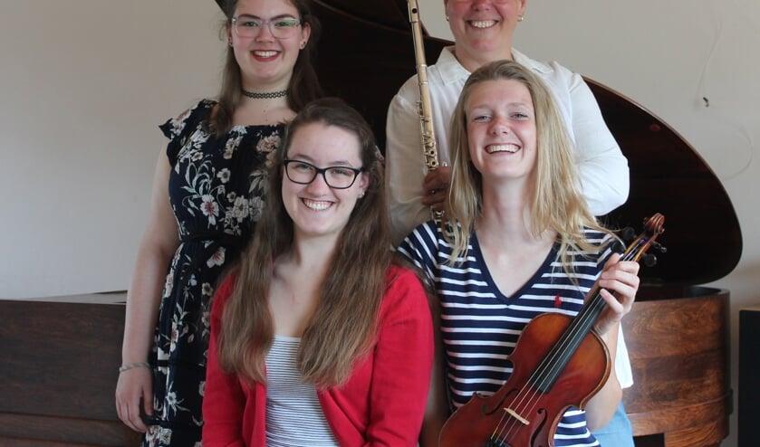 Met de klok mee, vanaf linksachter Femke, Natasja, Lotte en Evelien.