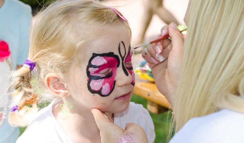 Tijdens de activiteitendag kunnen de kinderen zich laten schminken.