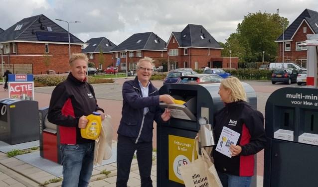 Wethouder Hans Heddes neemt de nieuwe afvalbakken in gebruik.
