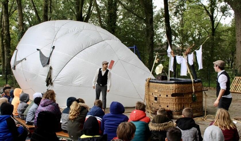 De Theaterhelden vertellen over hun avonturen met de luchtballon.