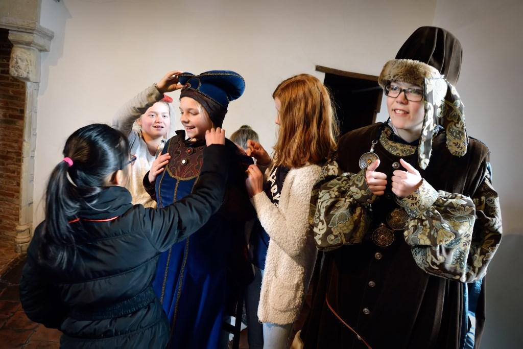 Het kasteel heeft verkleedkleren ter beschikking om je nog meer in het verleden  te kunnen inleven. (Foto: Mike Bink fotografie) © rodi