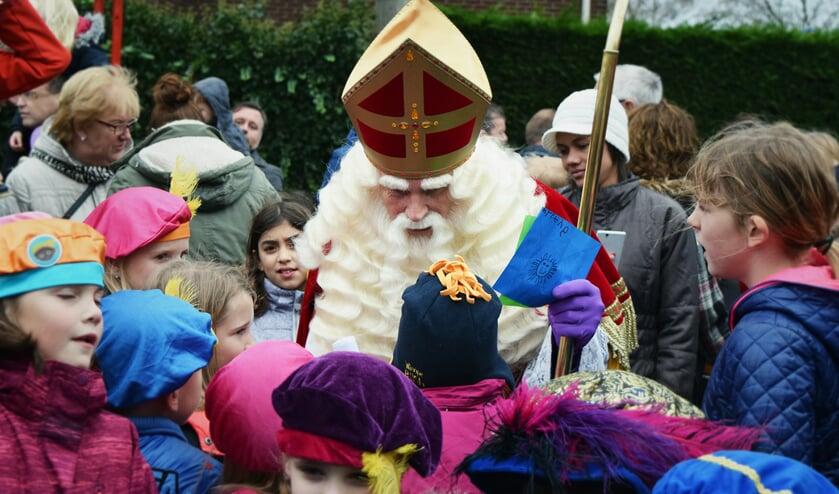 Sinterklaas werd vorig jaar warm onthaald door enthousiaste kinderen in Obdam.