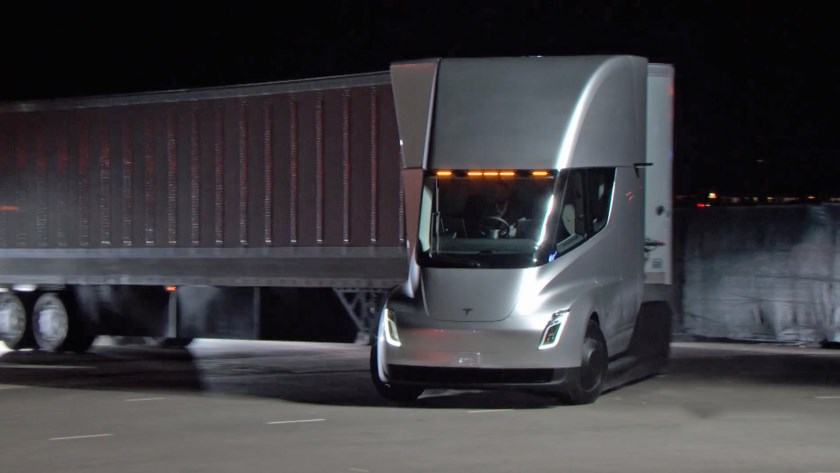 Ook Tesla is drukdoende zich een toekomstige marktpositie te verwerven. Op de foto een van de vijftien  Tesla semi elektrische  trucks.