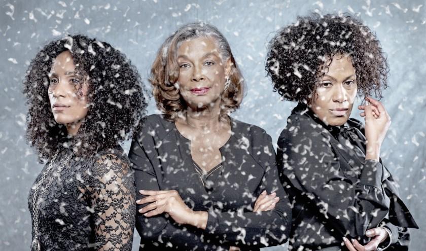 Een moeder en haar dochters vieren samen nog één keer Kerstmis in Decemberdagen.