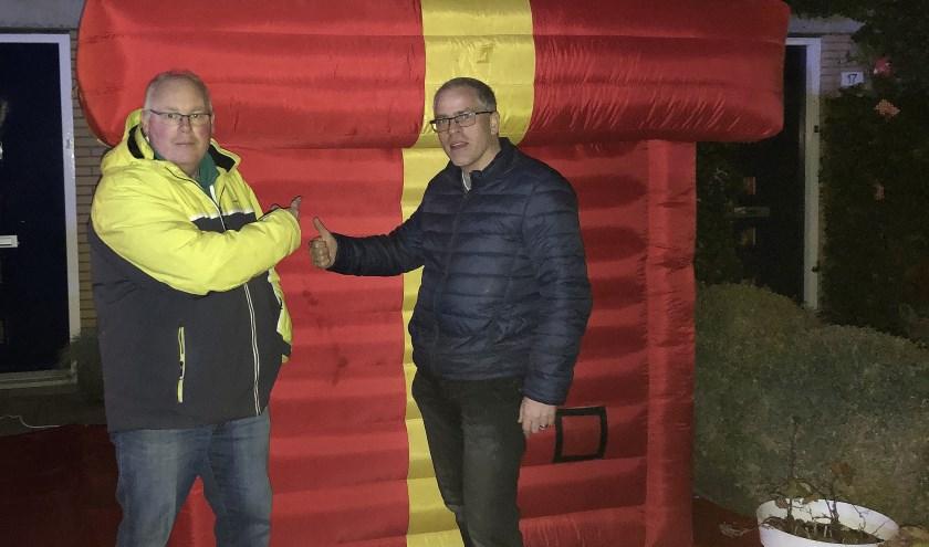 Voorzitter René de Reus, links, krijgt het 'grootste cadeau van Nederland' afgeleverd....