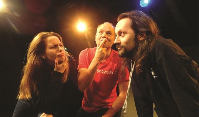 Expreszo Theatersport staat16 november in Theater Het Pakhuis op het toneel tijdens een theatersportwedstrijd.