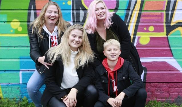 Mado (linksboven) samen met een paar van de lokale talenten: Leonie (19), en onder Zanna (15) en Pieter (14)