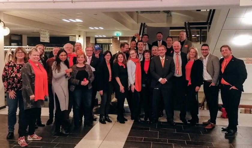 De gemeenteraadsleden in het oranje.
