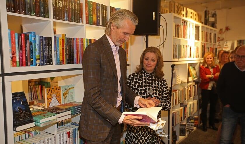 Professor Bas Bloem ontvangt het eerste exemplaar van Dominique Prins-Konig.
