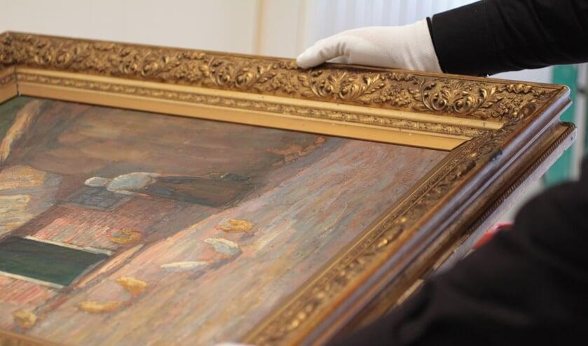 Voorzichtig omgaan met kostbare schilderijen.