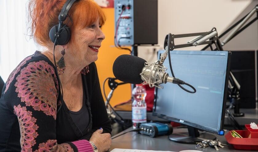 Kitty Mertz bezig met radio-interview 'Met de deur open' bij Radio Noordkop Centraal.