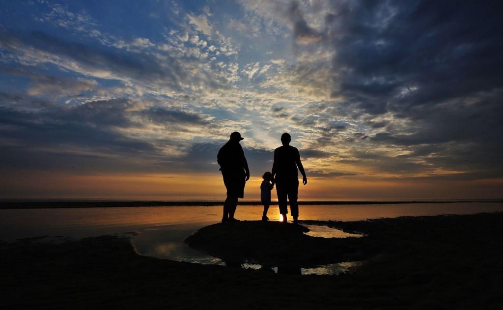Zonsondergang met gezin Foto: Rob Glas © rodi