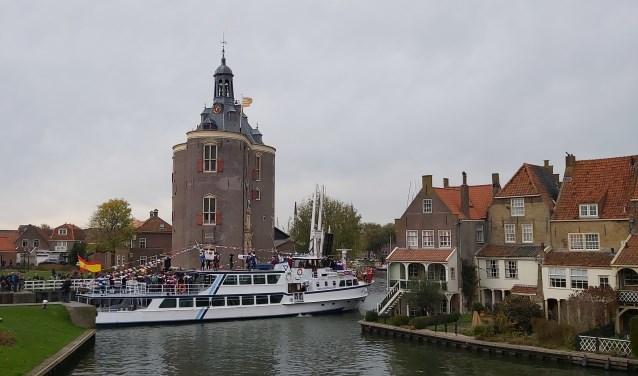 De pakjesboot komt aan in Enkhuizen.