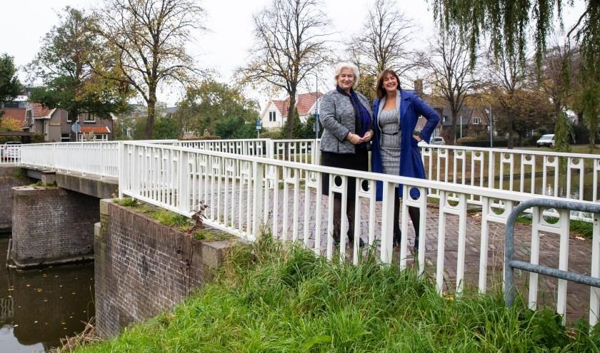 Wethouder Marja Ruigrok en burgemeester Marianne Schuurmans op de brug over de Hoofdvaart bij de Madeliefstraat in Nieuw-Vennep.
