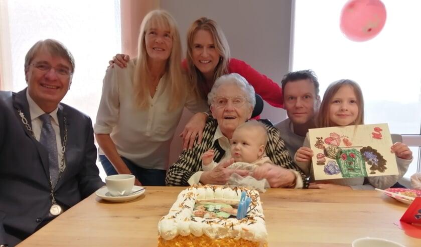 Vier generaties op de foto met de burgemeester. Ger Flens met op schoot Anneroos, Paul en Anne-Sophie; achter Ger staan Carla en Wendy.