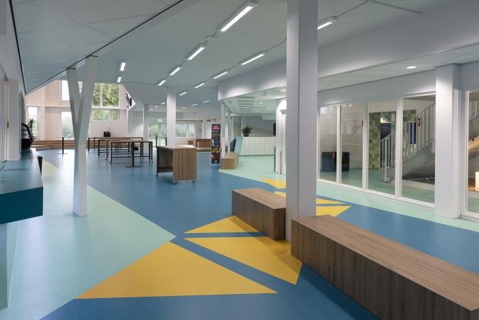 De gloednieuwe locatie van het Huygens College aan de Middenweg is populair onder scholieren.