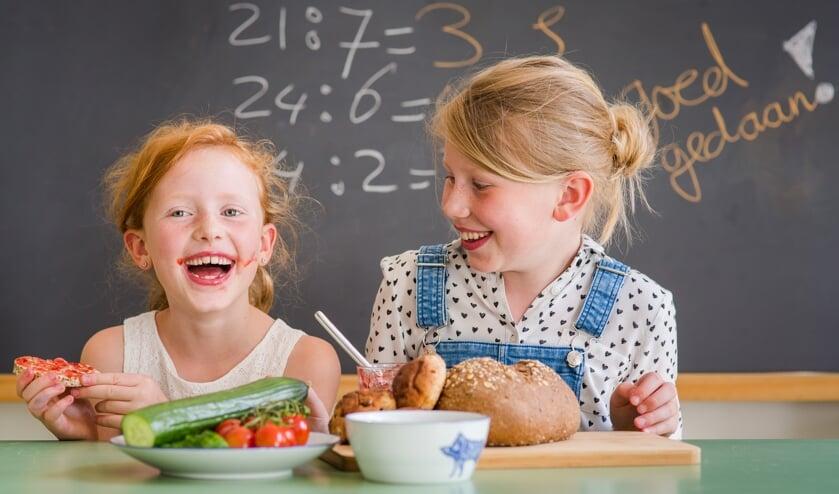 Kinderen van basisscholen uit Beverwijk, Heemskerk, Castricum en Uitgeest ontbijten in het kader van het Nationaal Schoolontbijt met hun burgemeester.