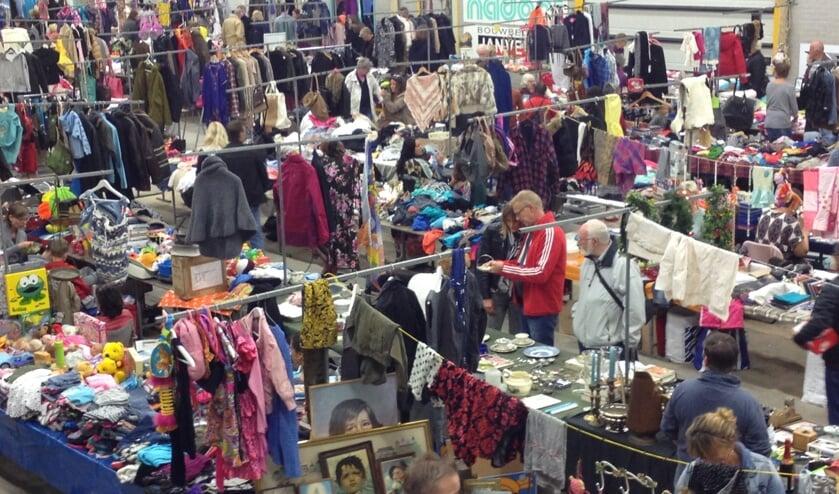 De vlooienmarkt in Landsmeer, voor iedereen die op zoek is naar iets nieuws voor de feestdagen.