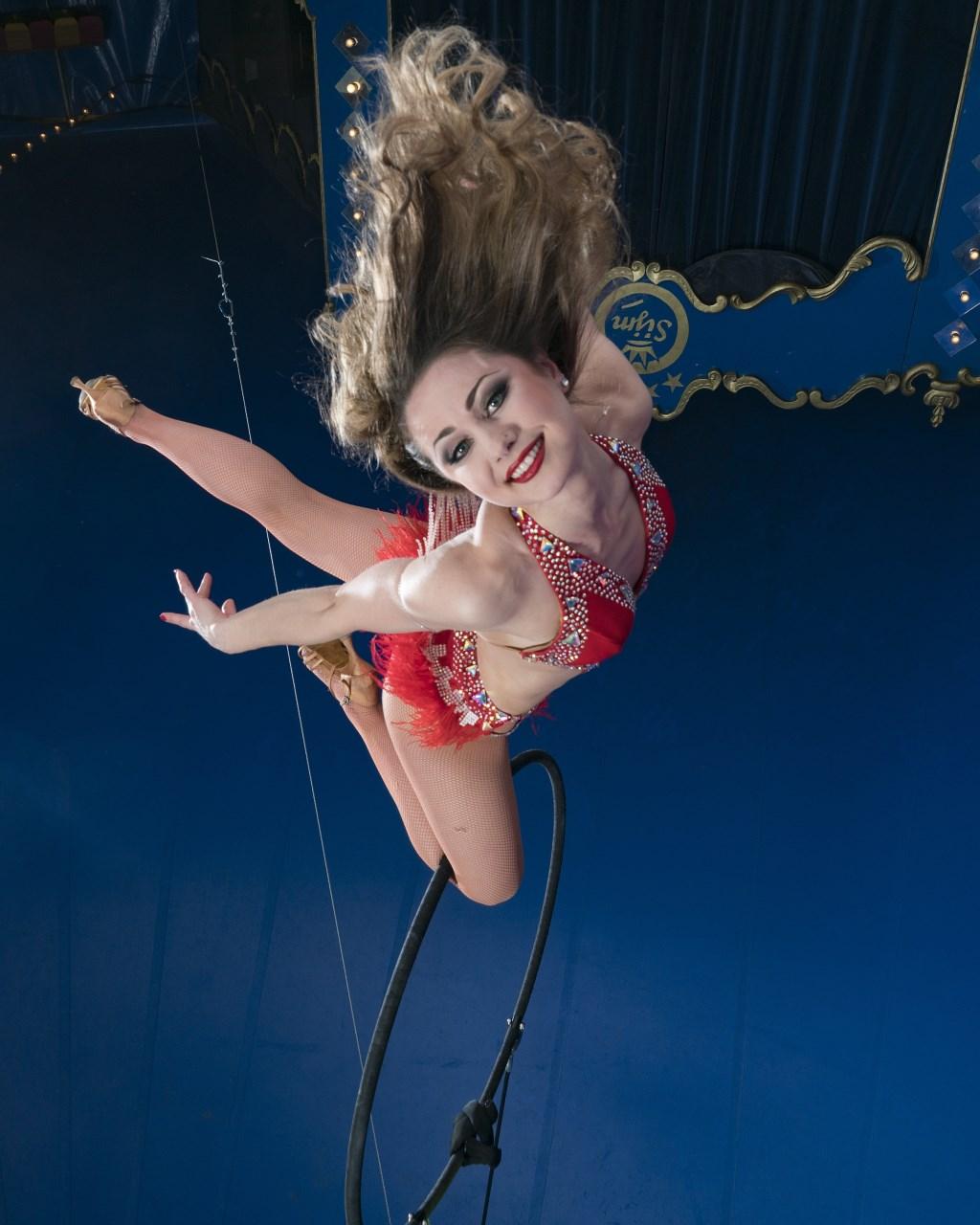 Adembenemende acrobatiek in de nok van de tent.  jan jong fotografie beeldproductie © rodi