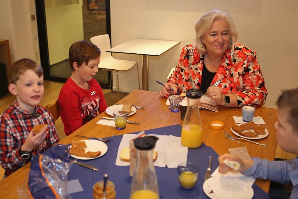 Gezellig samen ontbijten met de burgemeester.  (Foto: Rowin van Diest) © rodi