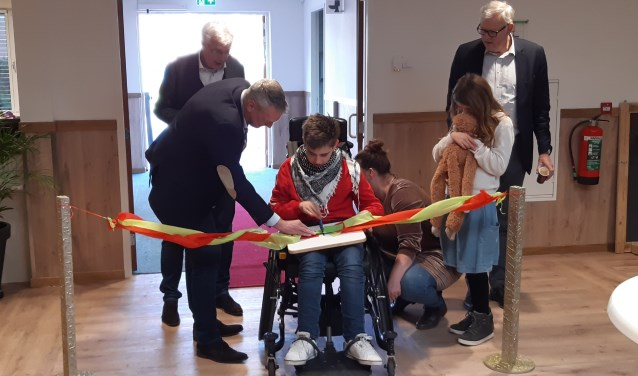 Op de bijgeleverde rechtenvrijefoto knippen leerling Florijn en BUKO directeur Jan de Boer het lint door, waarmee de school officieel is geopend.