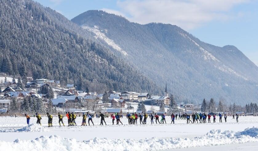 De Weissensee als prachtig decor voor heerlijke schaatstochten. Nederlanders krijgen er geen genoeg van. (Foto TimsImaging)
